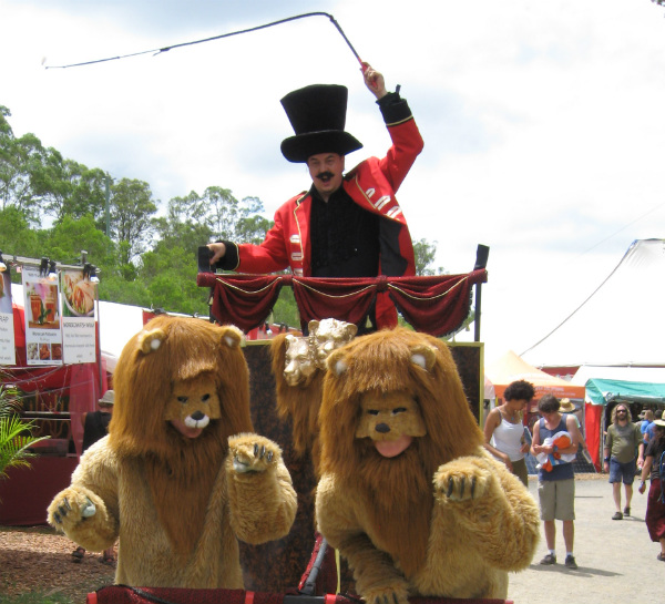 Lion-and-ringmaster-roving-performers-3[1]