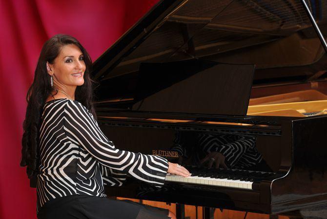 Gabriella Krebs pianist-singer 8